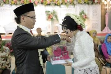 Cium Tangan Suami dulu :p
